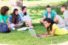 Estudiantes universitarios que estudian en campus Imágenes de archivo libres de regalías