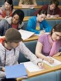 Estudiantes universitarios que estudian en clase Imagen de archivo