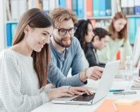 Estudiantes universitarios que estudian junto foto de archivo libre de regalías