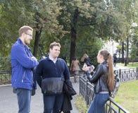 Estudiantes universitarios que hablan en la universidad de Kazán, Federación Rusa Foto de archivo libre de regalías