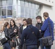 Estudiantes universitarios que hablan en la universidad de Kazán, Federación Rusa Fotografía de archivo