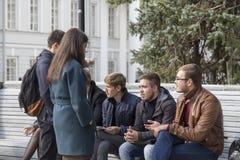 Estudiantes universitarios que hablan en la universidad de Kazán, Federación Rusa Fotos de archivo