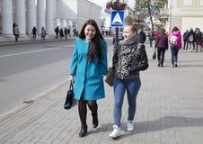 Estudiantes universitarios que hablan en la universidad de Kazán, Federación Rusa Imagen de archivo