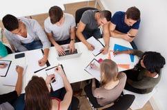 Estudiantes universitarios que hacen estudio del grupo Imagen de archivo libre de regalías