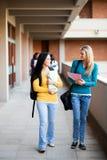 Estudiantes universitarios que recorren en campus imagen de archivo
