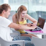 Estudiantes universitarios que se divierten el estudiar junto Fotografía de archivo