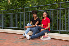 2 estudiantes universitarios que se sientan junto en campus Fotos de archivo