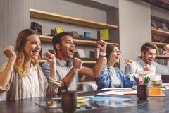 Estudiantes universitarios que se sientan junto y que estudian Fotografía de archivo libre de regalías