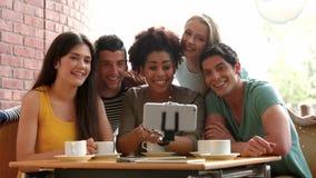 Estudiantes universitarios que toman el selfie en café del campus almacen de metraje de vídeo