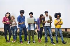 Estudiantes universitarios que usan concepto de los dispositivos de Digitaces Foto de archivo