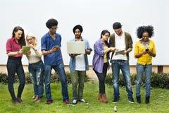 Estudiantes universitarios que usan concepto de los dispositivos de Digitaces fotos de archivo libres de regalías