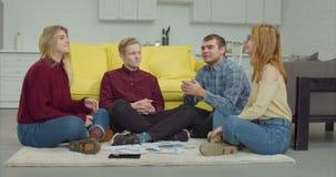 Estudiantes universitarios relajados que toman una rotura del estudio metrajes