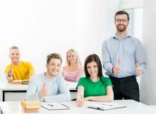 Estudiantes y el profesor que aprende en una sala de clase Imagen de archivo libre de regalías