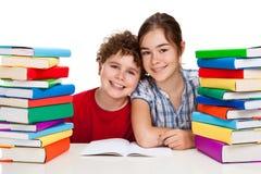 Estudiantes y pila de libros Imagen de archivo