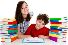 Estudiantes y pilas de libros imagenes de archivo