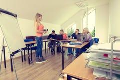 Estudiantes y profesor cansados en sala de clase Foto de archivo libre de regalías