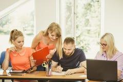 Estudiantes y profesor particular del profesor en sala de clase Imagen de archivo libre de regalías