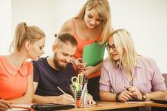Estudiantes y profesor particular del profesor en sala de clase Fotos de archivo libres de regalías
