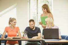 Estudiantes y profesor particular del profesor en sala de clase Fotografía de archivo libre de regalías