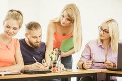 Estudiantes y profesor particular del profesor en sala de clase Imagen de archivo