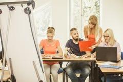 Estudiantes y profesor particular del profesor en sala de clase Fotografía de archivo