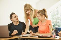 Estudiantes y profesor particular del profesor en sala de clase Foto de archivo libre de regalías