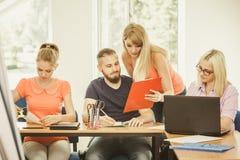 Estudiantes y profesor particular del profesor en sala de clase Imagenes de archivo
