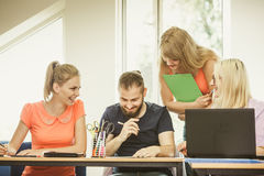 Estudiantes y profesor particular del profesor en sala de clase Foto de archivo