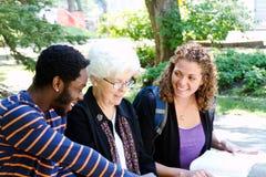 Estudiantes y profesor particular en la discusión Foto de archivo libre de regalías