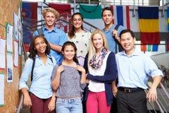 Estudiantes y profesor Standing Outside Building de la High School secundaria Fotografía de archivo