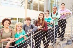 Estudiantes y profesor Standing Outside Building de la High School secundaria Foto de archivo