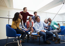 Estudiantes y profesores particulares que toman el retrato con el palillo de Selfie Foto de archivo libre de regalías