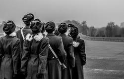 Estudiantes y soldados que marchan y que pagan tributo foto de archivo