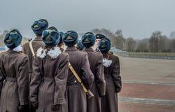 Estudiantes y soldados que marchan y que pagan tributo foto de archivo libre de regalías