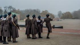 Estudiantes y soldados que marchan y que pagan tributo imagenes de archivo