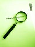 Estudiar condiciones de un contrato Imagen de archivo libre de regalías