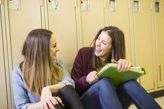 Estudiar a la muchacha adolescente joven del estudiante universitario en una escuela Imagenes de archivo