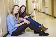 Estudiar a la muchacha adolescente joven del estudiante universitario en una escuela Foto de archivo
