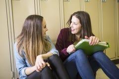 Estudiar a la muchacha adolescente joven del estudiante universitario en una escuela Fotografía de archivo libre de regalías