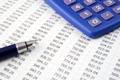 Estudiar números financieros. Fotografía de archivo libre de regalías