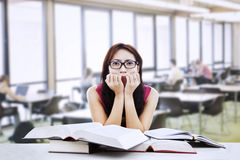 Estudio asustado del estudiante para el examen Foto de archivo