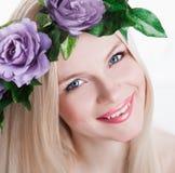 Estudio, cara, ojos azules, guirnalda de la flor, dientes de la sonrisa, parte posterior del blanco Foto de archivo