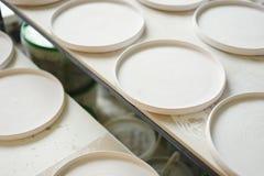 Estudio de cerámica, placas blancas planas listas para esmaltar y hornada Fotografía de archivo libre de regalías