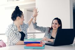 Estudio de funcionamiento cinco del trabajo en equipo de las mujeres de los estudiantes alto junto en línea o proyecto del éxito  fotos de archivo libres de regalías