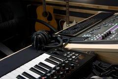 Estudio de grabación con el mezclador y el teclado digitales foto de archivo