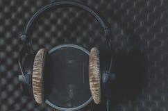 Estudio de grabación del micrófono del auricular en un fondo negro Fotografía de archivo libre de regalías
