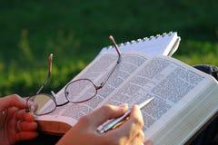 Estudio de la biblia fotografía de archivo