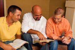 Estudio de la biblia del grupo del ` s de los hombres Pequeño grupo multicultural imagen de archivo libre de regalías