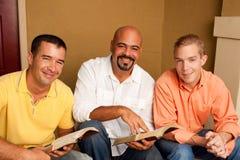 Estudio de la biblia del grupo del ` s de los hombres Pequeño grupo multicultural fotos de archivo libres de regalías