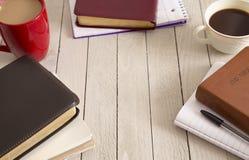 Estudio de la biblia y una taza de café fotos de archivo